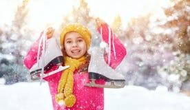 女孩是去的冰鞋 免版税库存照片