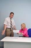女孩与一个同事争论在办公室 免版税库存照片