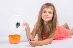 女孩显示与未完成的花的马赛克 库存图片