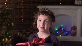 女孩显示圣诞节礼物和微笑 股票录像