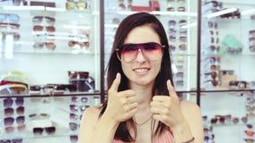 女孩显示太阳镜 停止运动 股票录像