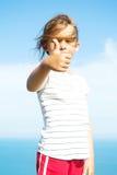 女孩显示符号 免版税库存图片