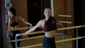 女孩显示芭蕾拿着扶手栏杆的胳膊运动由镜子 影视素材