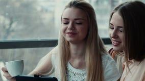 女孩显示给女朋友某事在触感衰减器 股票视频