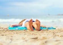 女孩晒日光浴的一点 免版税库存照片