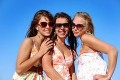 女孩晒黑三个年轻人 库存照片