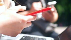 女孩智能手机手太阳 股票录像