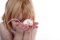 女孩暂挂鼠标白色 免版税图库摄影