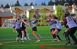 女孩曲棍网兜球射击大学运动代表队 库存图片
