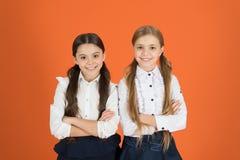 女孩最好的朋友校服同学 友好的联系在学校 交朋友,当学习学校时 学校 免版税库存照片