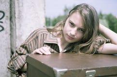 女孩最近的常设手提箱 免版税库存图片