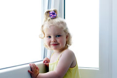 女孩最近的微笑的视窗 免版税库存照片