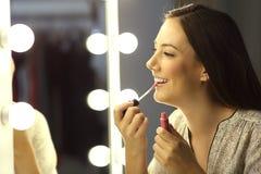 女孩有一支光滑的唇膏的绘画嘴唇 库存照片