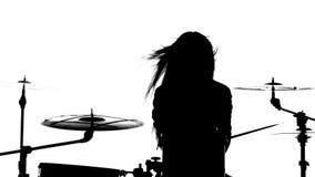 女孩有力地播放鼓,她的鞭子 奶油被装载的饼干 剪影 慢的行动 股票视频