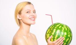 女孩有吸引力的裸体饮料新鲜的汁液整个西瓜鸡尾酒秸杆白色背景 有机健康营养 库存图片
