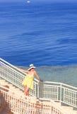 女孩有海的一基于 免版税库存图片