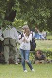 女孩有照相机的摄影师在有思想性 免版税库存照片