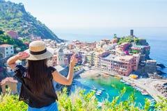 女孩有美丽的韦尔纳扎,五乡地小玩具模型飞机背景在意大利,欧洲 库存照片