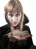 女孩有pogona的巫婆蛇神 免版税库存图片