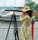 女孩望远镜 免版税库存照片