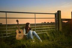 女孩机智吉他 库存图片