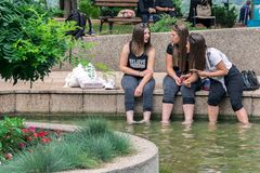 女孩松弛腿在温泉的水中 免版税库存照片