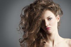 女孩极大的头发俏丽的样式 库存图片
