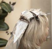 女孩染在美容院的头发在美发师 免版税库存照片