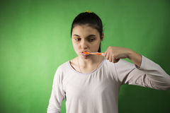 女孩查出的牙刷 库存照片