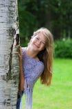 女孩查找结构树年轻人 免版税图库摄影