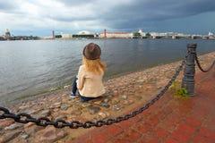 女孩梦想在城市 圣彼德堡 俄国 免版税库存图片