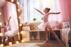 女孩梦想成为芭蕾舞女演员 免版税库存照片