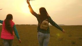 女孩梦想飞行和成为飞行员和宇航员 t 愉快的女孩姐妹跑与玩具飞机在 股票视频