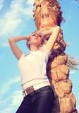 女孩棕榈树 免版税库存照片
