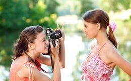 女孩模型摄影师射击 免版税库存图片