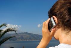 女孩横向夏天电话 免版税库存图片