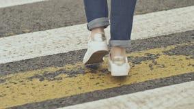 女孩横渡步行交叉点 腿特写镜头 影视素材