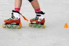 女孩横穿冰鞋,当滑冰时 库存照片