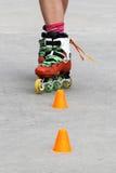 女孩横穿,当滑冰时 免版税库存图片