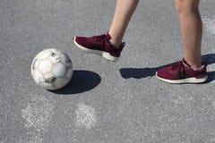 女孩橄榄球 免版税图库摄影