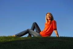 女孩橙色微笑 免版税库存照片