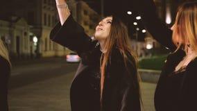 女孩欢乐事件走的街道闪烁发光物 股票录像