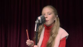 女孩歌手唱歌歌曲在黑暗的阶段一会儿表现的前面减速火箭的话筒 影视素材