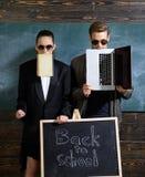 女孩正式夹克衣服和人太阳镜 m 时髦的太阳镜辅助部件 学校职员 人太阳镜 免版税库存照片