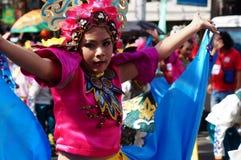 女孩民族服装的狂欢节舞蹈家在沿路的欢欣跳舞 免版税图库摄影