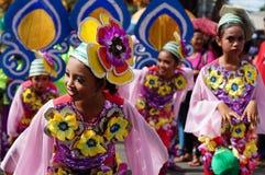 女孩民族服装的狂欢节舞蹈家在沿路的欢欣跳舞 库存照片