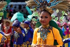 女孩民族服装的狂欢节舞蹈家在沿路的欢欣跳舞 图库摄影