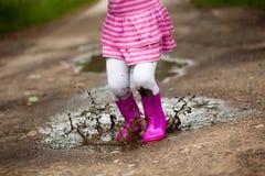 女孩水坑 免版税库存图片