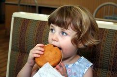 女孩汉堡包 免版税图库摄影