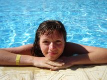 女孩池微笑的水 库存照片